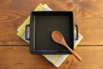 かもしか道具店のグリル皿。二人分として丁度よいサイズです。四角いサイズで、スタイリッシュ&モダンな雰囲気◎グラタンやラザニア、グリル野菜など、幅広いお料理に活用できそう。