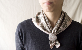大判のハンカチはスカーフ代わりにもなります。そのまま結んでもいいですし、ブローチやヘアゴムなどで留めてもおしゃれ。