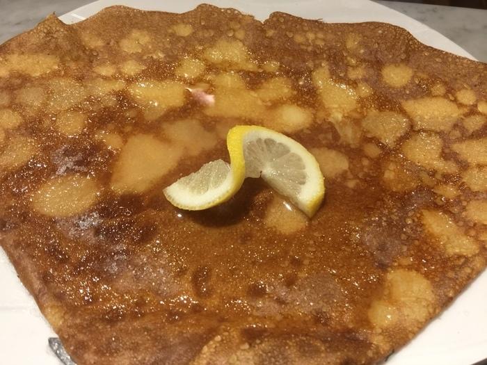 お腹いっぱいでも、これなら食べられる?お砂糖パラパラふって、レモンをキュッと絞るだけ。  爽やかで美味しい、フランス人の好きな基本の食べ方です。