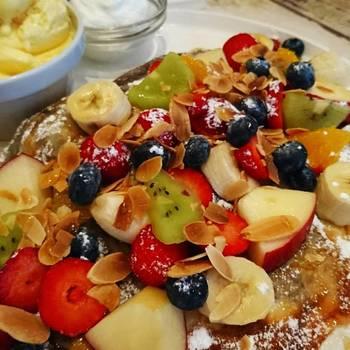 みんな大好き、クレープパーティー! お好みの果物をたっぷりのせて、わいわい賑やかに盛り上がりましょう。  デザートだけでなく、ハムや卵も用意して、お食事系クレープも楽しいですね。