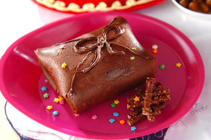ココアを混ぜたクレープ生地を焼いたら、プレゼントのように四角く折りたたみます。中は何が入っているのかな? わくわく楽しいクレープですね。