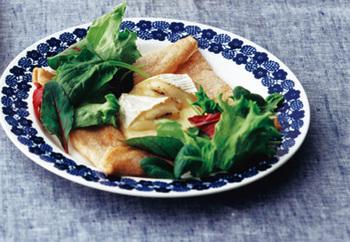 ふんわりとろけるカマンベールチーズが美味しいガレットです。サラダも添えて、彩りと栄養アップ。ブランチにも良いですね。