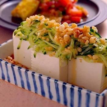 冷やしたぬきうどんならぬ、たぬき冷奴。千切りにしたきゅうりと揚げ玉を豆腐にのせて、麺つゆをかけるだけで、ぐっと夏らしい小鉢に。
