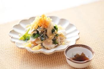 新生姜がメインの、日本酒に合うさっぱりとしたサラダレシピ。天かすやじゃこの食感がワンポイントになった、夏に食べたいおつまみです。