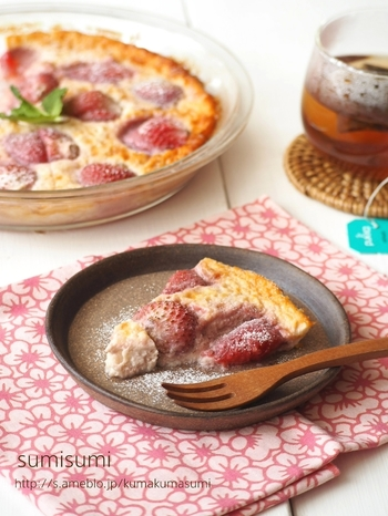 新鮮ないちごをたっぷり使ったクラフティ。ひとつの耐熱容器に材料を入れて、混ぜて焼くだけのシンプルな時短レシピです。