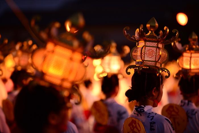 「よへほ」の調べに乗せて、灯篭を頭に乗せた浴衣姿の女性たちがしなやかに舞を踊る、幻想的な灯篭まつり。