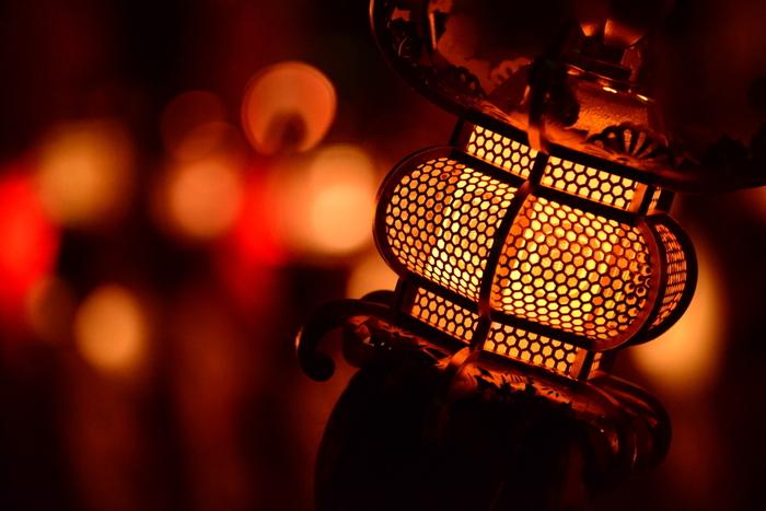 また、こちらの美しい灯籠は、なんとすべて紙と少々の糊だけで作られています。  柱や障子の桟にいたるまで中が空洞で、灯籠としての美しさを追求するために、建物などを一律に縮小したミニチュアとしてだけではなく、縦横のスケール等を独自に工夫して作られている芸術品。