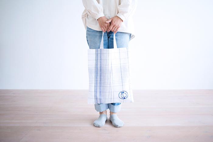 デンマークのスーパーマーケット、イヤマのロゴをあしらったコットンリネンのトートバッグです。リネンとコットンが混ざっているので、手触りはよりやわらかく、鮮やかで繊細なブルーのラインをはっきりと見せることができるんですよ。