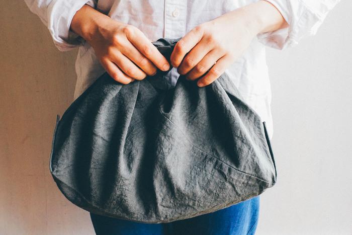 天日干しのリネンバッグは、日本古来の東袋というかたちのバッグです。くるくると丸めるととても小さくなるので、エコバッグとしていつものバッグに忍ばせておくのにも便利です。