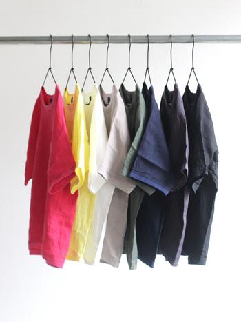 シンプルなTシャツで人気が高いmaillot (マイヨ)のリネンポケットTシャツは、カラーバリエーションも豊富で着心地もよく、毎日着たくなってしまいます。身幅にゆとりがあるので、真夏の暑いときでも涼しく着ることができますね。