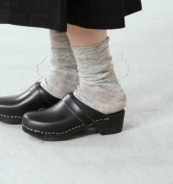 プレーンな薄手のリネン靴下はくしゅくしゅっとボリューム感を調整することもできる優れものです。スニーカーはもちろん、パンプスにもよく似合います。