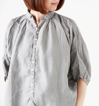ギャザーを寄せて、ディテールに凝ったリネンシャツ。小さな襟がガーリーでとてもキュートですね。