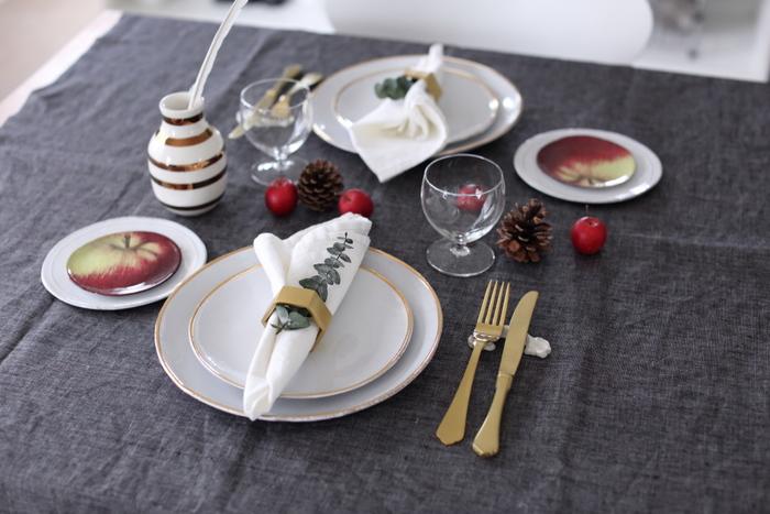こちらはスウェーデンのヒムラというブランドのコットンリネンのハーフクロスです。白いお皿の下に濃色の布が入るだけで、ぐっとテーブルが締まって見えます。