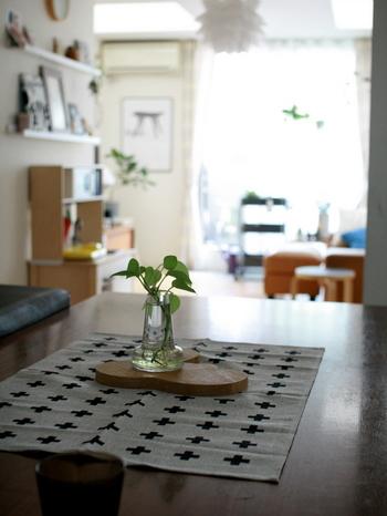 クロス柄のキッチンタオルはテーブルセンターとして大活躍。主張しすぎない素材感なので、テーブルを落ち着きのある空間として美しくまとめてくれます。