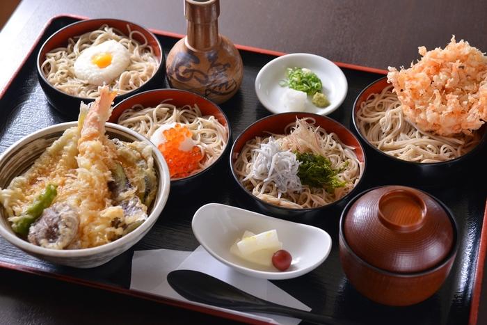 天ぷら、とろろ芋、いくら、しらす、かき揚げなど、5種類のお蕎麦が楽しめる贅沢な定食メニューは、食べるごとにお蕎麦の違った味わいが楽しめます。