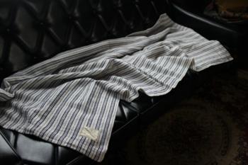 こちらは、日本では珍しいリネンのモールタオルです。なめらかで適度な厚みがあります。こちらもソファやデスクの近くに置いておくと重宝します。