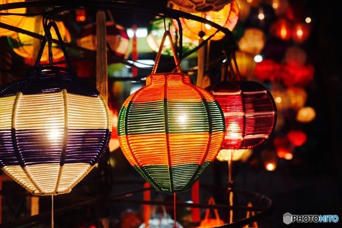 ベトナムの古都・ホイアンは、昼と夜で違った表情を楽しめる魅力的な町。昼間は古い町並みを眺めながら、まるでタイムスリップをしたかのような気分を味わえます。一方、夜は、色とりどりのランタンが夜空に浮かぶ、幻想的な光景を眺めることができますよ。