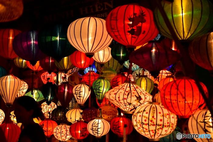 ホイアンで毎月開催されているランタン祭りの魅力や、おすすめの観光スポットについてご紹介してきましたが、いかがでしたか?夜空に浮かぶランタンの幻想的な灯りに、誰もがうっとりと見とれてしまうはず。もちろんランタン祭り以外にもたくさんの見どころがありますので、ぜひ一度ベトナムの古都・ホイアンを訪れてみてくださいね!