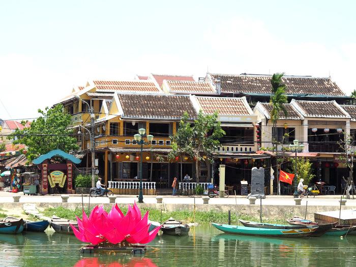 ホイアンは、ベトナムの中部に位置する港町です。チャンパ王国時代(192年~1832年)から続く歴史の古い町であり、1999年には「ホイアンの古い町並み」として、世界文化遺産に登録されました。都市化が進むベトナムの中でも、古き良き風景を残す貴重な場所であり、外国人観光客からも人気があります。