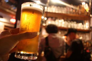 リーズナブルな価格で、お酒や食事を楽しむことができるのが、横丁の魅力。お仕事帰りにふらりと1杯♪ちょっとした気分転換に最適の場所です。