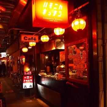 1988年に焼き鳥屋としてスタートした「ハモニカキッチン」は、アジアンな雰囲気漂う飲み屋さん。1階はカウンターでの立ち飲み、2階はオープンキッチンのカウンター席、3階は大人気のテラス席になっています。