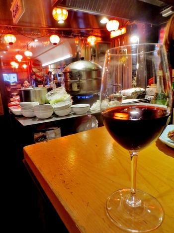 立ち飲みといえばビールや日本酒が思い浮かびますが、こちらではワインが人気。カジュアルなので、女性がひとりでも入りやすい雰囲気♪