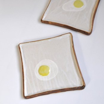 こちらは目玉焼きまですでに乗っているお皿!そのまま食べてしまいそうなリアルさも魅力です☆ゲストをちょと驚かせたいときのサプライズアイテムにも良いですね。