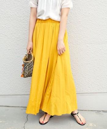 目にも鮮やかな「イエロー」。派手な色でも白トップスと合わせれば意外に着こなしは簡単なんです。サンダルやバッグなどの小物類は色味をそろえるのがポイント。色を多く使いすぎないようにしましょう。