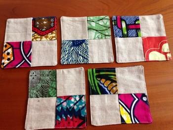 まずは、簡単なコースター作りから始めてみましょう。柄を組み合わていくのも楽しい作業です♪写真は、アフリカ布のパッチワーク。手縫いでも簡単にできます。多めに布が余っていたら、ランチョンマットとおそろいのコースターも可愛いですね。