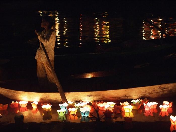 ランタン祭りの見どころは、色とりどりのランタンだけではありません。トゥボン川で「灯篭流し」を楽しむこともできるんです!灯篭流しは毎夜行われているのですが、ランタン祭りの日には普段よりもたくさんの灯籠が流れ、より幻想的な光景が広がります。ただ眺めるだけでなく、灯篭を購入してボートに乗り、自分で灯籠流しをすることもできますよ。