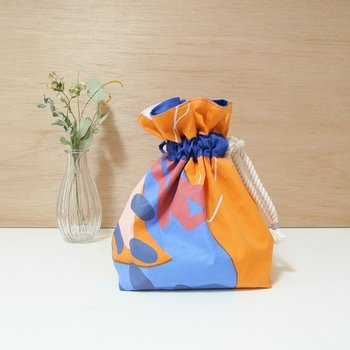 巾着ポーチは、マチを作ればお弁当袋にも。少し多めに布が残っていたら、マチ付きとマチなしの大小ペアで巾着ポーチを作るのもよさそうですね。