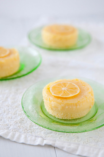 レモンを使ったお菓子の甘酸っぱさは、夏のデザートにぴったり♪また、お料理の味付けにレモンをプラスして爽やかな風味を楽しむこともできますよね! しかも、切ったり絞ったりして、お料理の最中に漂ってくるレモンの香りにも、すっきりリフレッシュできそうです。