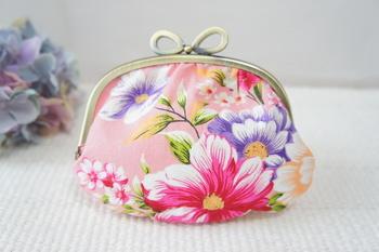 ポーチなどをひとつ作ると、コツがつかめてきます。がま口なども布の美しさが活かせるアイテムですね。こちらは、レトロな花柄模様の「台湾花布」を使った、ぷっくらと丸みのある愛らしいがま口。リボン型の口金も手作りならでは。