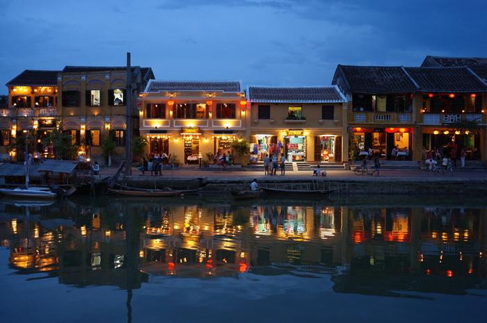 川沿いには、レストランやカフェが多数建ち並んでいます。川に浮かぶ灯籠やランタンの灯りを眺めながら、食事をしたりゆったりとくつろいだりするのも良いですね。