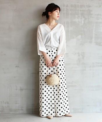 【ドットワイドパンツ】ロングスカートにも見えそうなとろみのあるドット柄のワイドパンツでモノトーンコーデ。白を基調としており、ハッと目を引く鮮やかさですよね。ベージュのバッグとパンプスの色合わせも素敵。