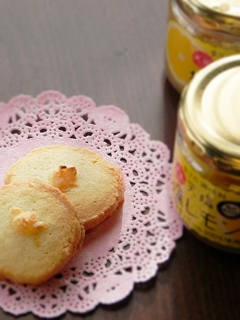 """""""天塩の塩レモン""""はクッキー作りにも重宝します。こちらは、甘さ控えめな生地に塩レモンをトッピングしたクッキー。味にしまりが出て美味しく仕上がりますよ。"""