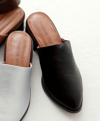 【旬のスリッパ系サンダル】モノトーンコーデを仕上げるのに大切なのは靴。トレンドのスリッパ系サンダルをぜひ取り入れて。白黒だけでなく、色の近いアイスグレーやオフホワイトなんかも良いですね。
