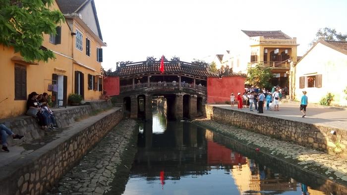 チャンフー通りとグエンティミンカイ通りを結ぶ場所に位置する「来遠橋 (日本橋)」。1593年に日本人が架けた橋だといわれています。ホイアンを代表する人気観光スポットであり、1日中多くの観光客で賑わっています。
