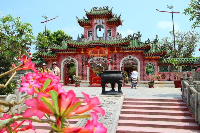 「福建会館」は、来遠橋からチャンフー通りを進むと見えてくる、華やかなピンク色の建物です。17世紀に中国人が建てた寺院だといわれており、建築様式もまさに中国風。まるで中国にやって来たかのような気分を味わえます。