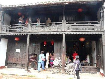 「馮興家(フーンフンの家)」は、約200年前に建てられた貿易商人の家です。ベトナム・中国・日本の3つの建築様式を組み合わせているのが特徴で、どこか懐かしい雰囲気が感じられます。