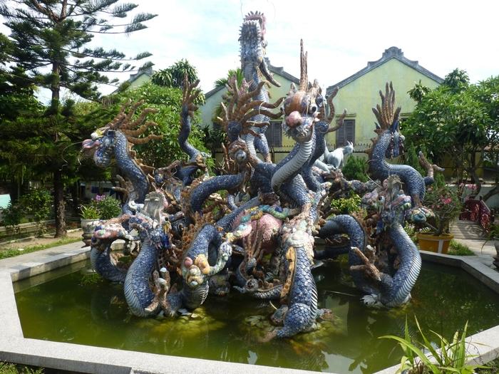 """「廣肇会館」も、中国人によって建てられたといわれている華やかな建物です。福建会館と同じくピンク色の門が目をひきますが、廣肇会館には""""9つの頭を持つ龍の石像""""があるのが特徴。迫力満点の龍の姿に圧倒されます。"""