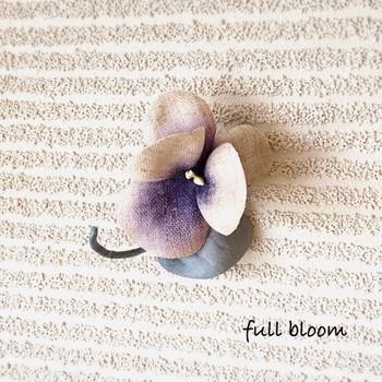 布花は、白い布に色付けし、コテ当てしてから組み立てるのだとか。布製は、温かみのある表情がいいですね。こんな落ち着いたデザインなら、普段使いできそうです。
