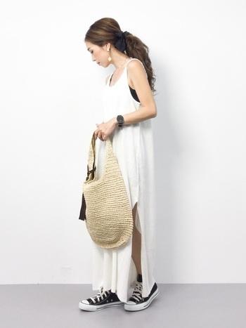 白のマキシワンピースに大きめのナチュラル素材のバッグを合わせた爽やかさ満点のサマースタイル。