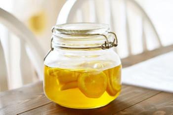 """炭酸で割ったレモンスカッシュなどの、夏にピッタリなレモンドリンクを手軽に作ることができる""""はちみつレモン酢""""。もちろん、ホットドリンクにしても美味しいので一年中楽しめます。"""