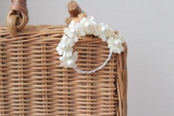 布花のブローチは、帽子やかごバッグなどにつけるのもおすすめです。なんて可愛らしいアクセント。夏らしい爽やかさが印象的です♪