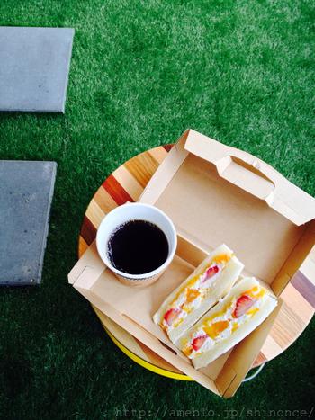 フルーツサンドの他にもメニューは豊富で、「鯖サンド」も大人気です。レモネードやカフェオレと一緒にどうぞ。