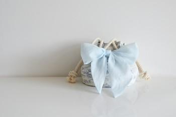 こちらは、マリンバッグに大きなリボンを飾った、リボンマリンバッグ。大胆ですが、涼やか。素敵な夏のアイデアですね♪リボンの素材は、オーガンジーコットンです。
