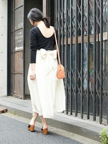 ■着こなしポイント【コットンシルクスカート】素材を生かしてカジュアルに着るのがおすすめですが、こんな風にレディライクにも仕上げられます。ウエストコンシャスなスカートは、モノトーンコーデに華を添えます。