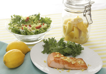 こちらは、塩レモンを使って作る鮭のムニエルです。レモンがお魚のくさみもとってくれるから、爽やかな風味に仕上がりますよ。