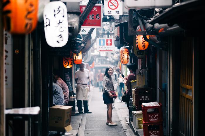 大きな通りをひとつ裏へ入ると、まるで昭和の時代にタイムスリップしたかのような細い通りが…。そんな「横丁」には、レトロな雰囲気を楽しめるお店がいっぱい!キナリノ女子もきっと気に入る「横丁」のおすすめの飲み屋さんをご紹介します。